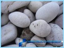 รั้วที่ทำจากหินด้วยมือของพวกเขา